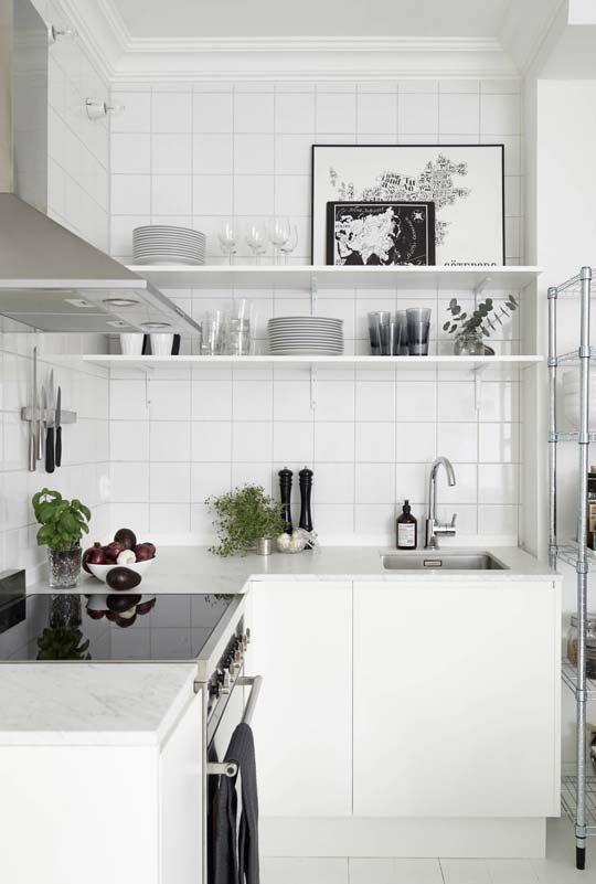 Cozinha pequena com prateleiras longas