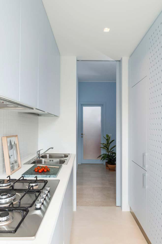 Cozinha pequena estilo corredor