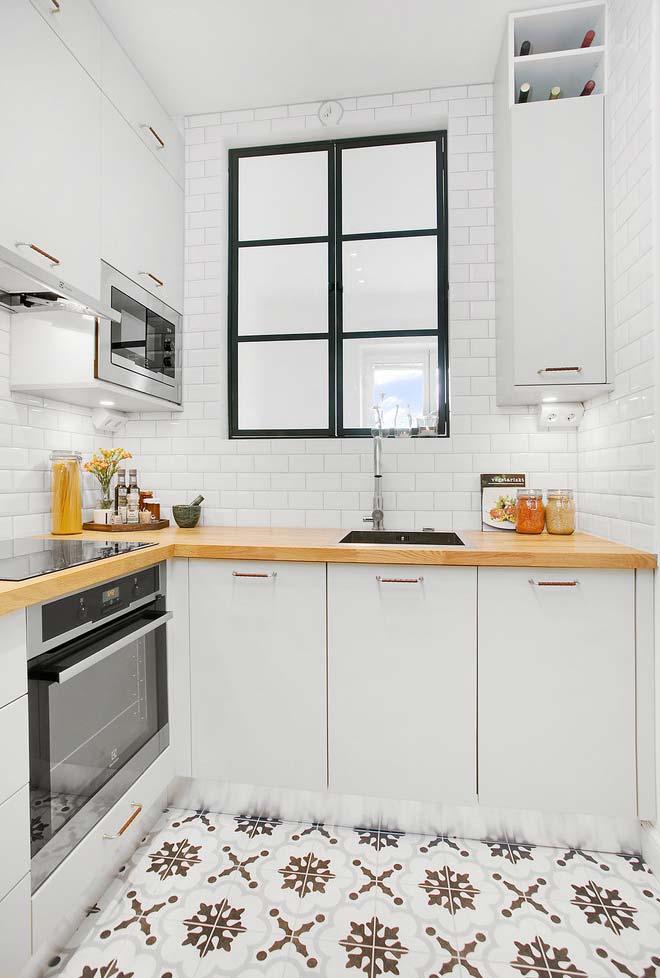 Cozinha pequena em cores claras