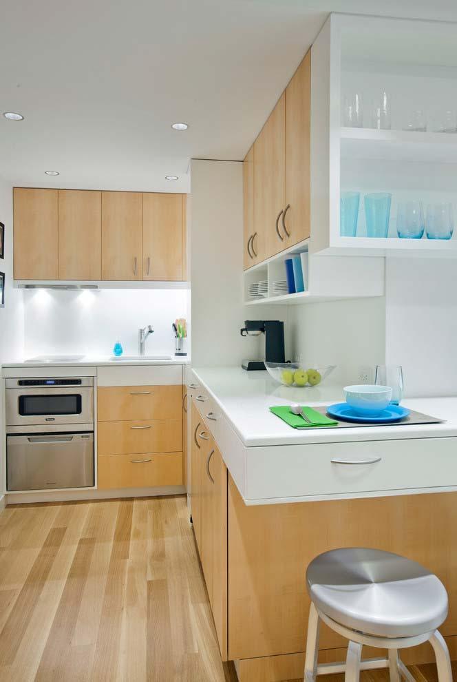 Balcão planejado em madeira na cozinha pequena