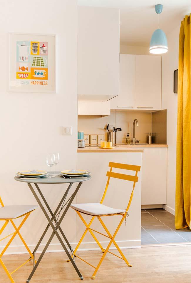Azul e amarelo na decoração da cozinha pequena