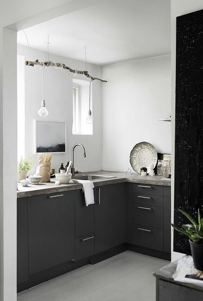 Iluminação focada na área da pia desta cozinha pequena