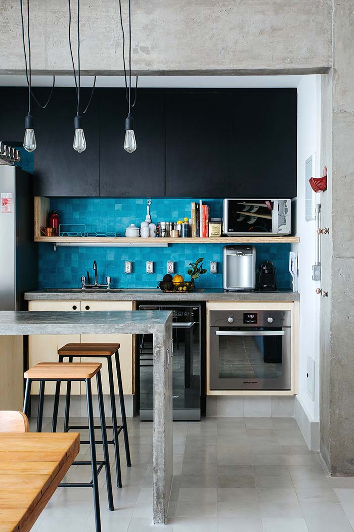 Cozinha pequena americana com parede azul