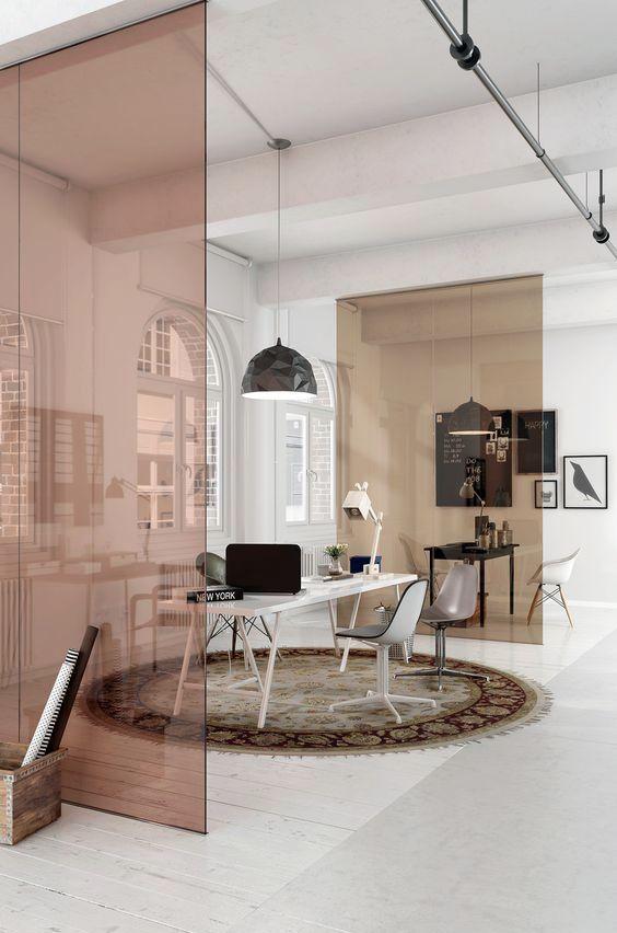 Divisórias de ambientes com vidros coloridos