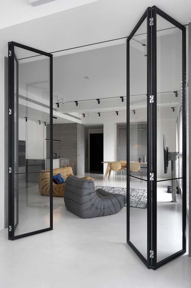 Portas articuladas de vidro dividem e isolam os ambientes