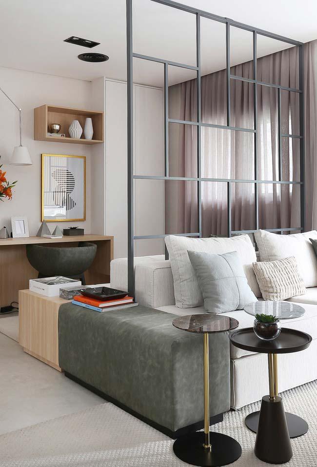 Divisória de ambiente cinza em combinação com demais elementos da decoração