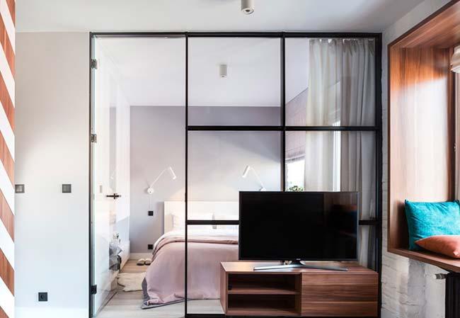 Divisória de ambiente de vidro é acompanhada de uma cortina