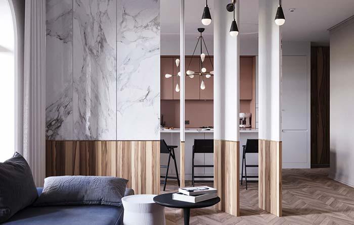 Mármore e madeira compondo uma divisória de estilo clássico