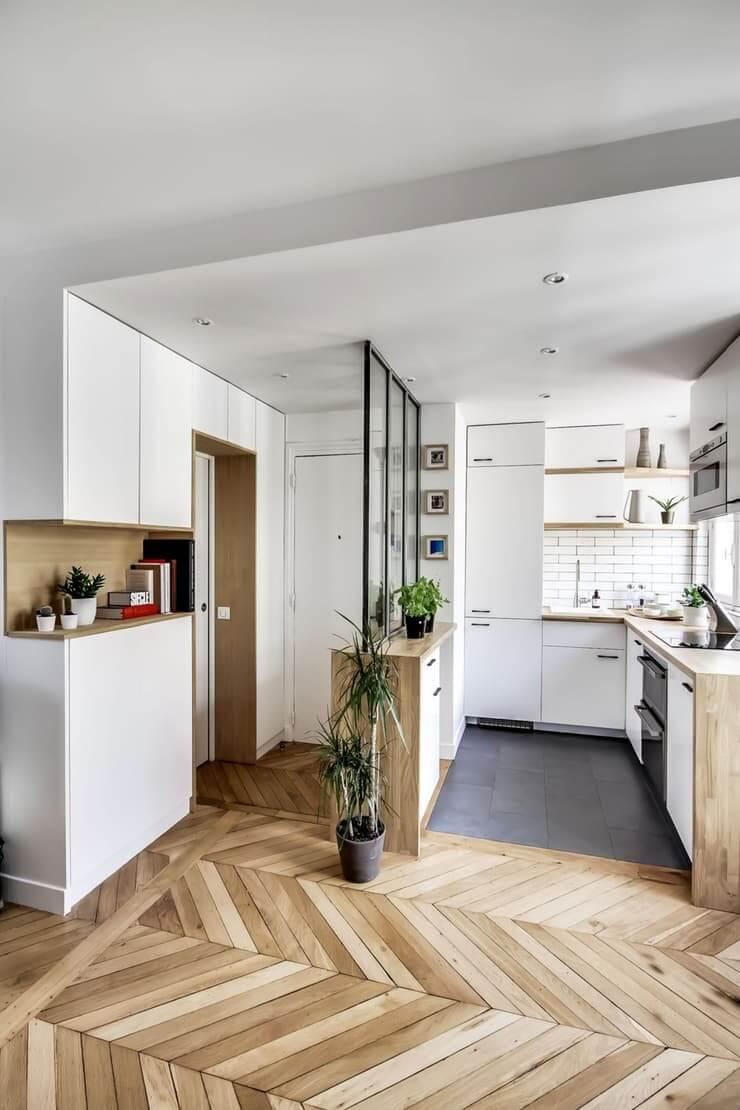 Divisória de ambiente de vidro separa a cozinha do hall de entrada