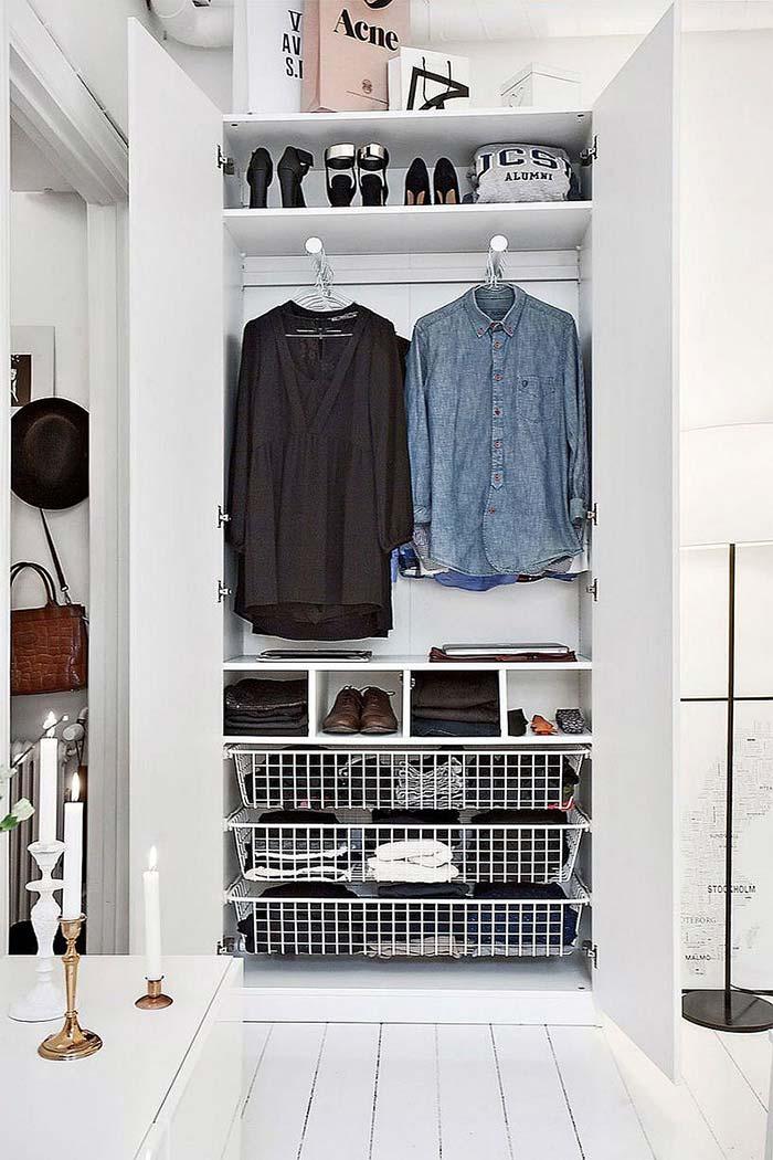 Cestos e suportes aramados no closet