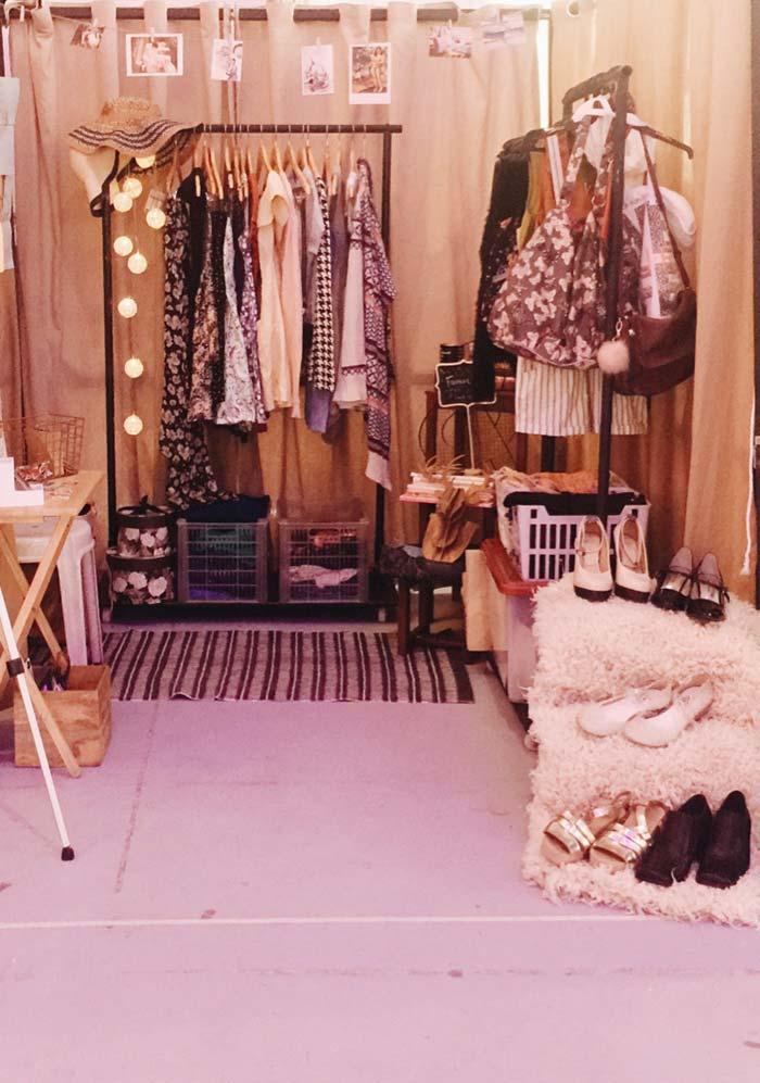 Lâmpadas, fotos e tapete no closet