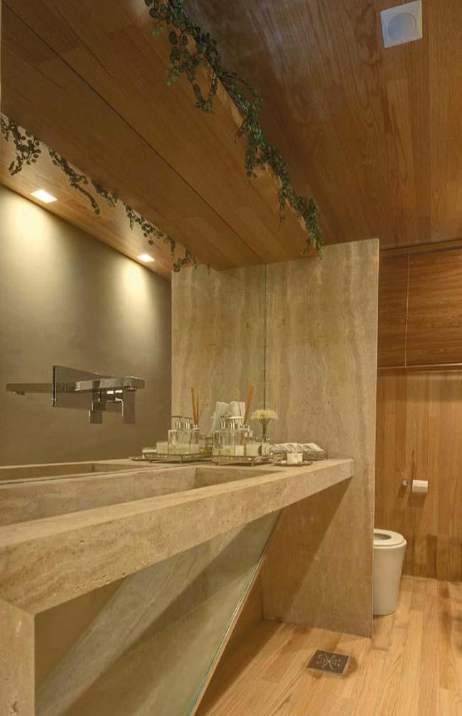 Banheiro de madeira com cuba esculpida