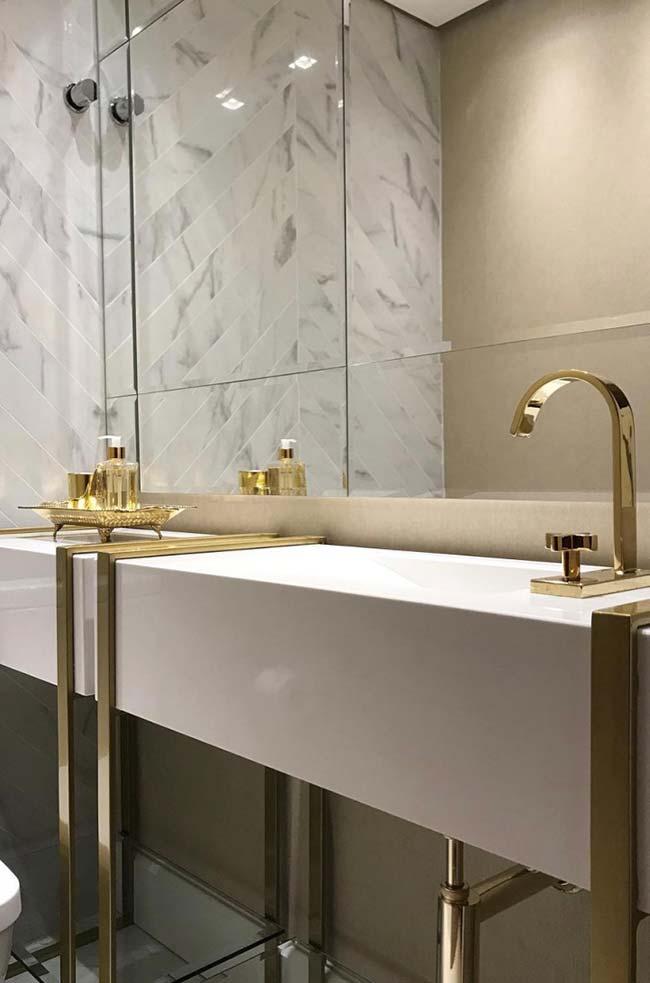 Banheiro branco com luxo e glamour