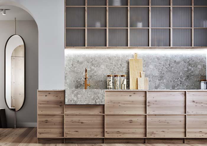 Cuba esculpida encaixada sobre o armário de madeira da cozinha