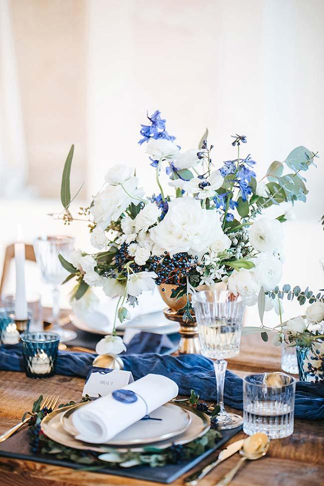 Azul, branco e dourado na decoração de formatura
