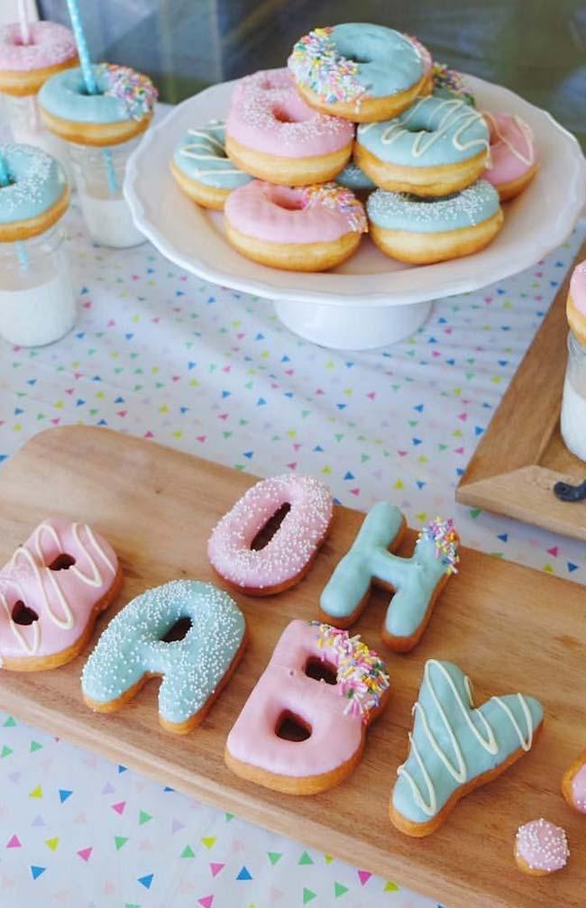 Donuts azul e rosa no chá de revelação