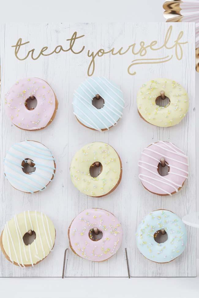 Donuts na decoração do chá de revelação