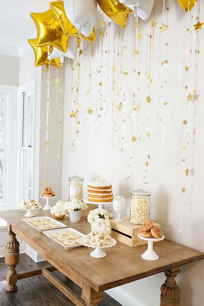 Branco, dourado e naked cake para decorar o chá de revelação