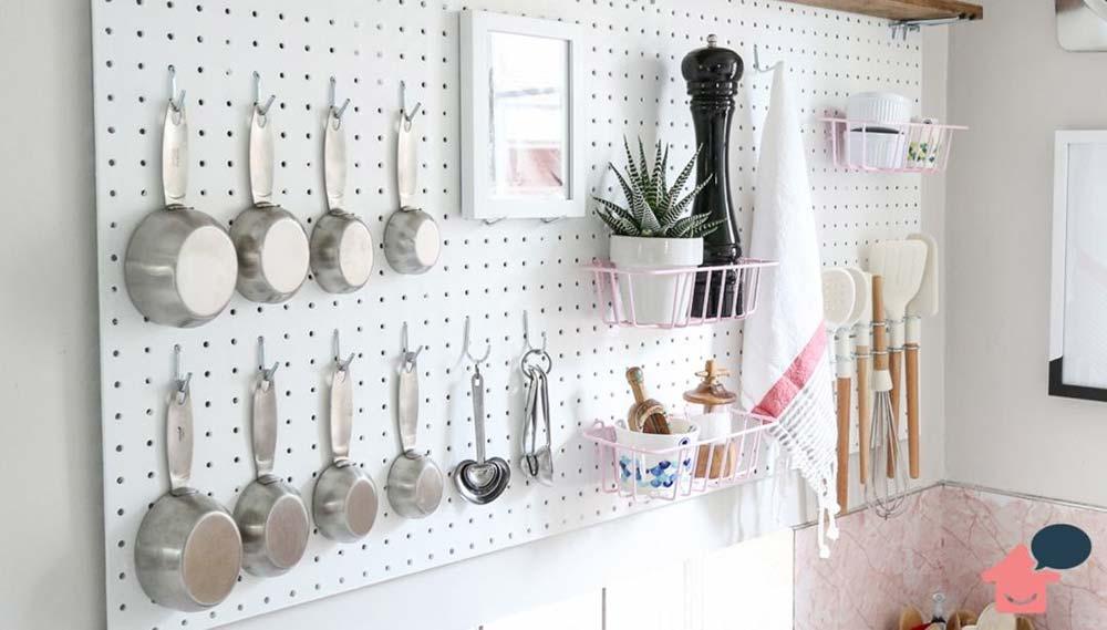 Como organizar cozinha pequena com pegboards