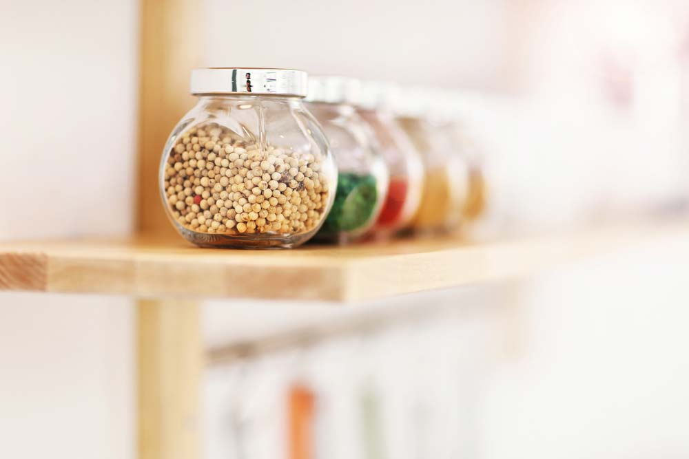 Potes de vidro para organizar cozinha pequena