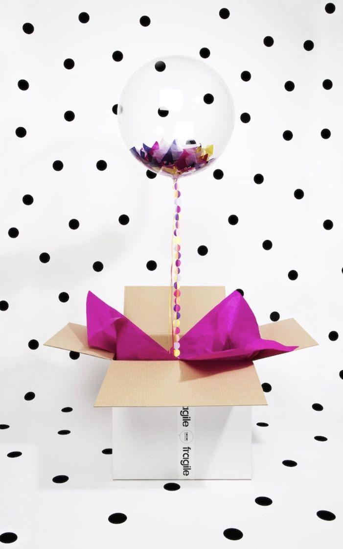 Balão com confetes para festa na caixa