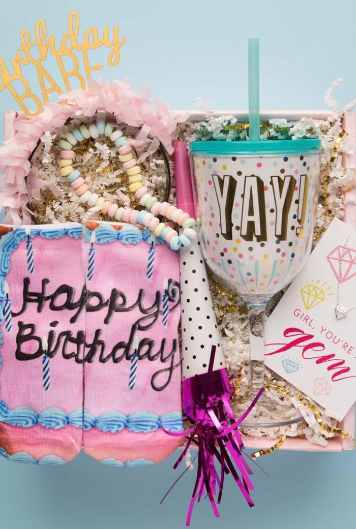 Feliz aniversário no bolo da festa na caixa