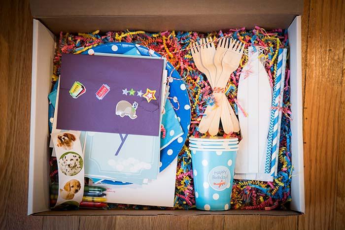 Canetinhas e papel para colorir na caixa