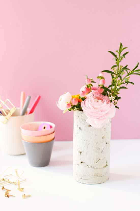 Vaso de cimento com textura rústica