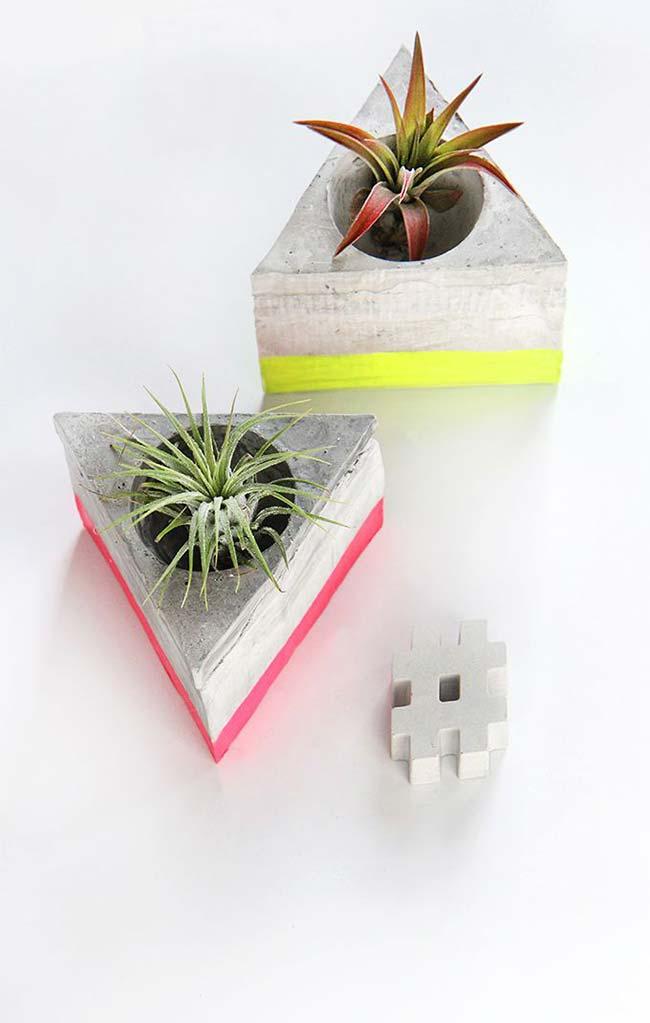 Vaso de cimento em formato de triângulo