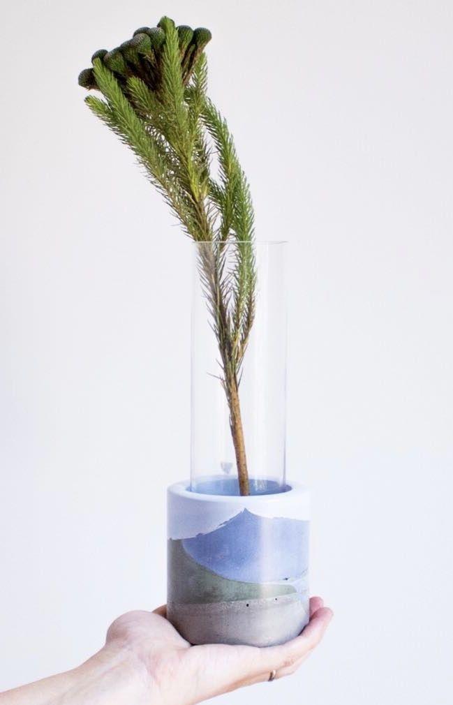 Vaso de vidro dentro do vaso de cimento