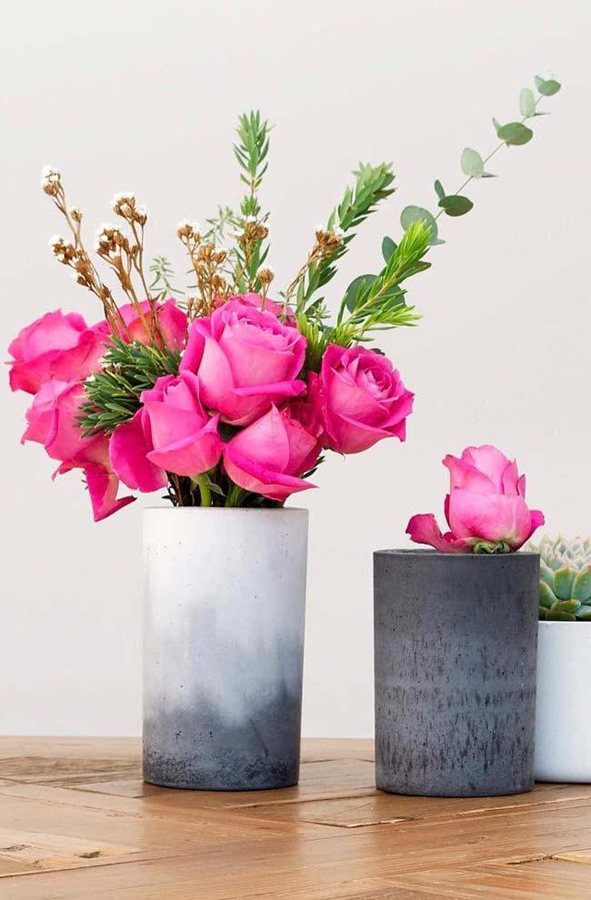 Delicadeza das rosas no vaso de cimento