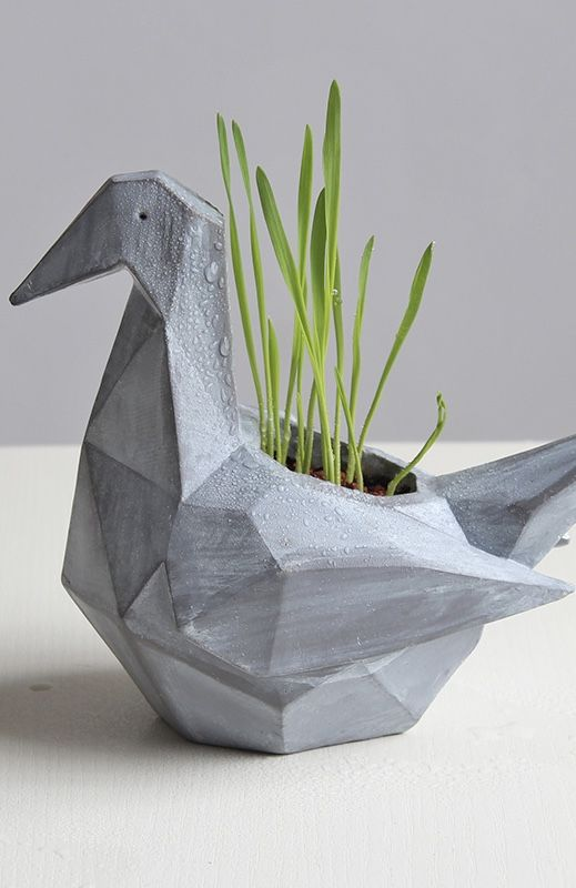 Vaso de cimento que remete ao tsuru
