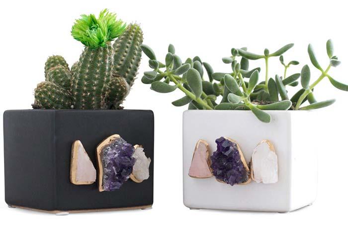 Ametistas e cristais no vaso de cimento