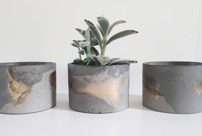 Pintura marmorizada no vaso de cimento