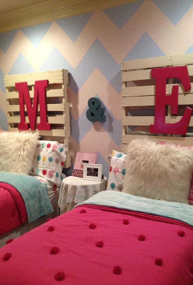 Cabeceira de cama de solteiro com paletes