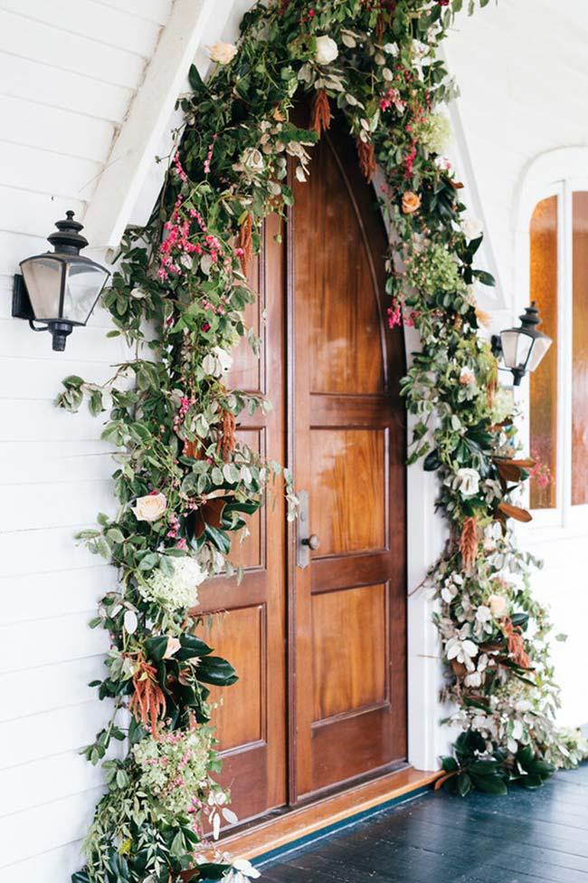 Arco de flores na entrada da igreja