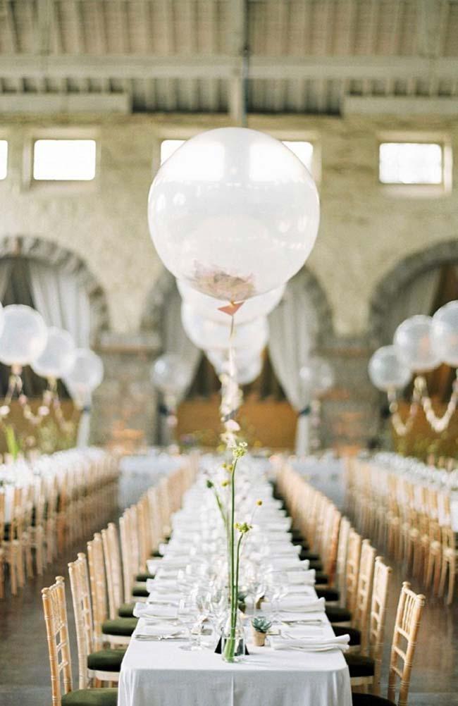 Mesa dos convidados decorada com balões