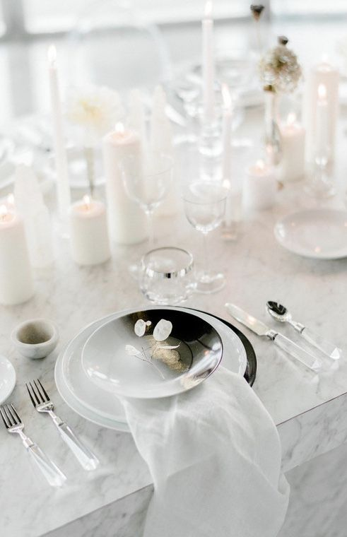 O singelo galhinho branco decora os prato