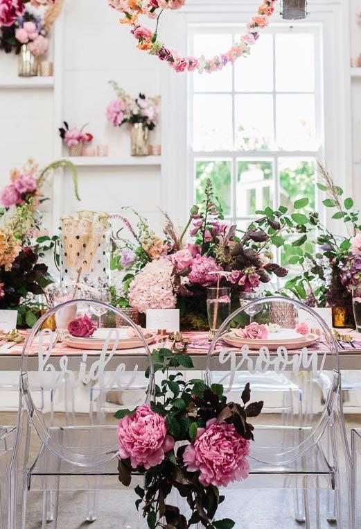 Muitas cores e flores nessa decoração de casamento