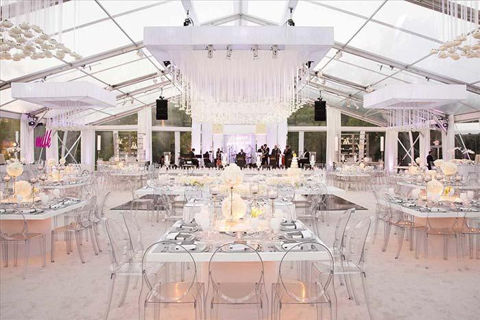 Cadeiras acrílicas revelam o estilo moderno dessa festa de casamento
