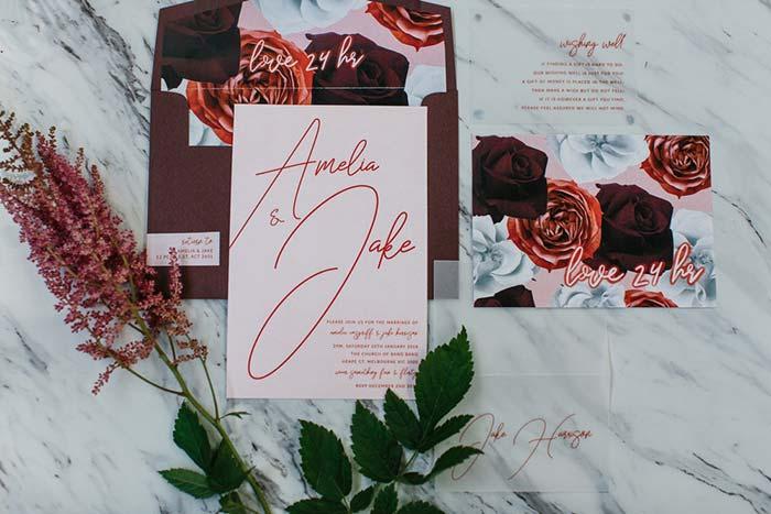 Procure combinar as cores e elementos do convite com a decoração da festa de casamento 2018