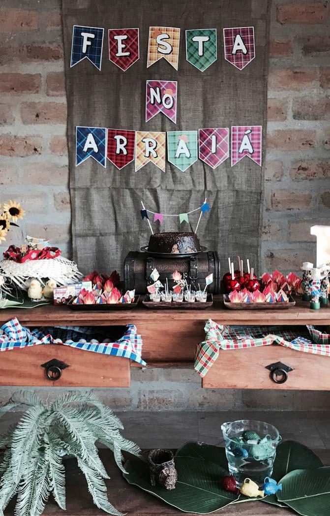 Painel de festa junina sobre a parede de tijolinhos