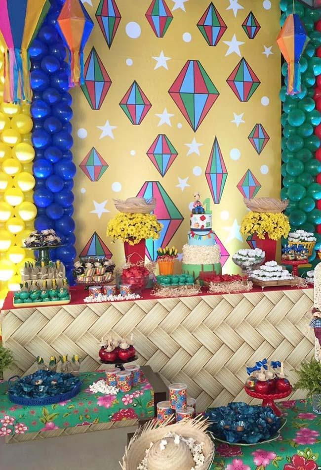 Painel com balões de ar e balões juninos