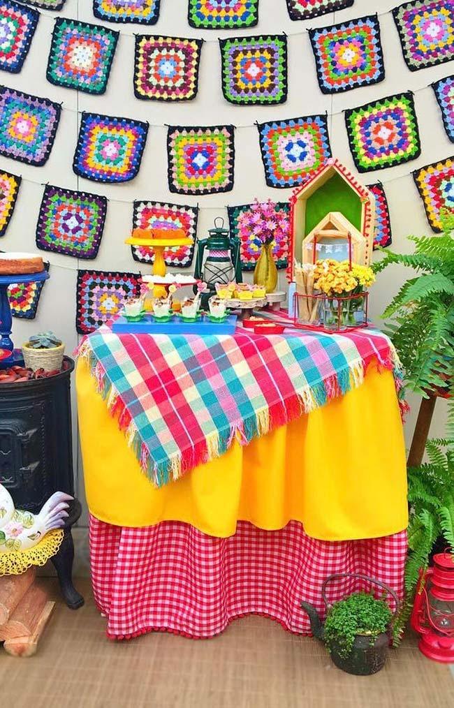 Bandeirinhas de tricô na decoração do painel de festa junina