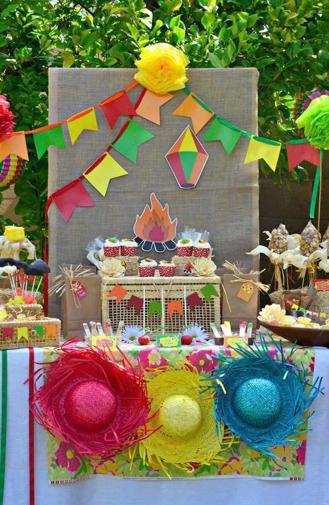 Balões no painel de festa junina