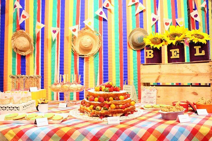 Cores vivas e vibrantes no painel de festa junina