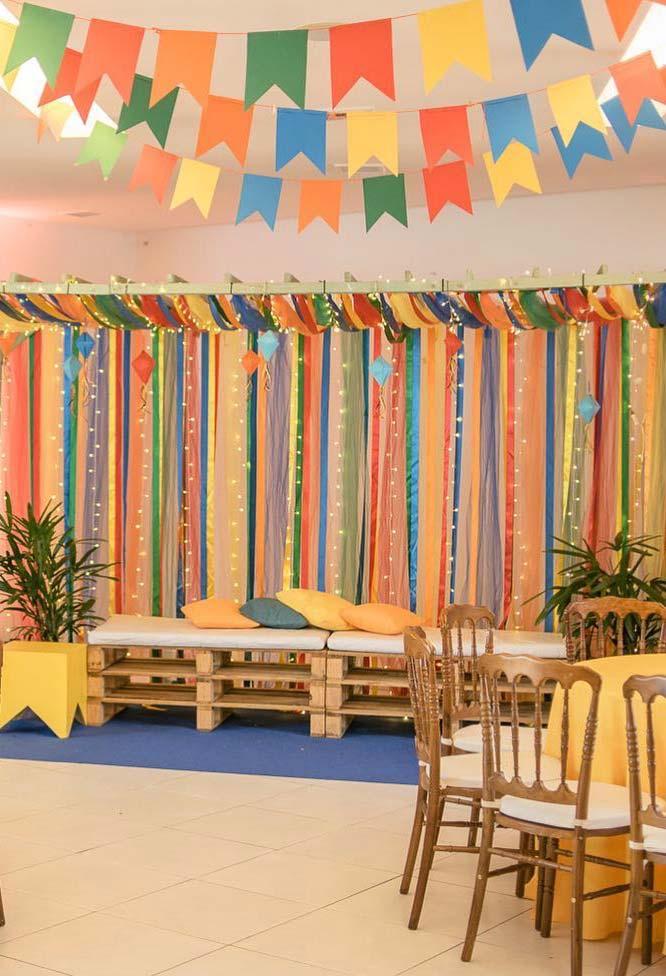 Fitas coloridas no painel de festa junina
