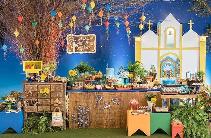 Homenagem aos santos na decoração do painel de festa junina