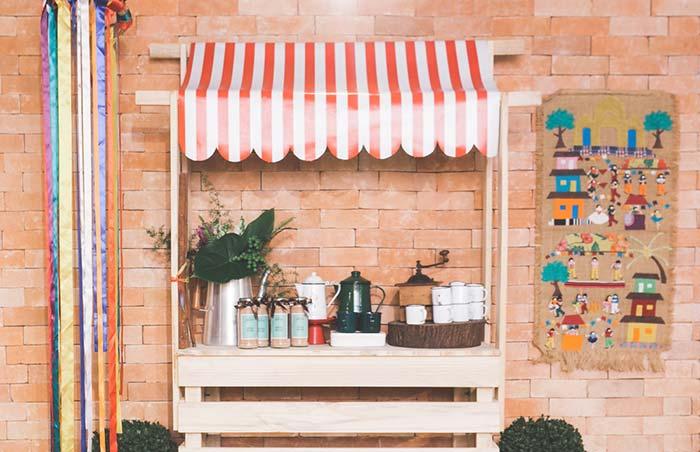 Painel de festa junina com barraquinha de café