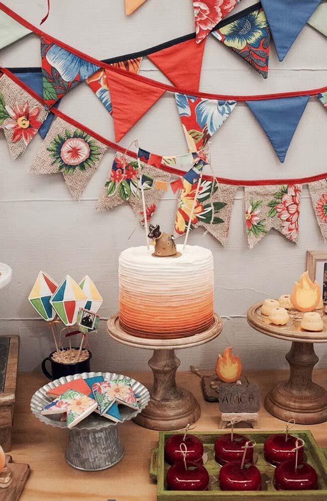 Bandeirinhas de chita para decorar o painel da festa junina